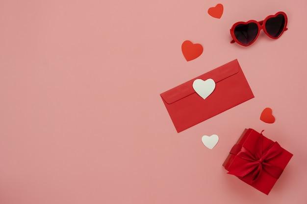 Luftbild der tischansicht des valentinstags der dekorationen Premium Fotos
