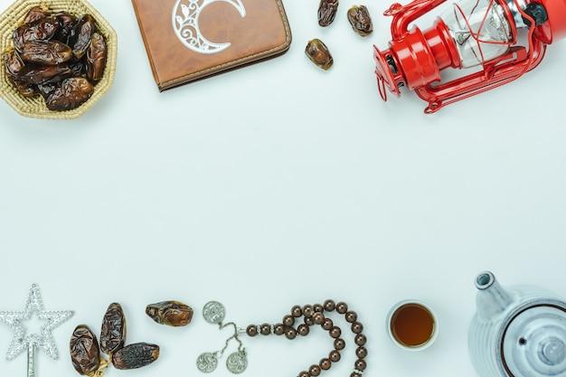 Luftbild der tischplatteansicht dekoration ramadan kareem-feiertagshintergrundes. Premium Fotos