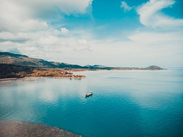 Luftbild des schönen meeres Kostenlose Fotos