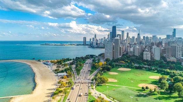Luftbild-drohnenansicht der skyline von chicago von oben, michigansee und stadtbild der innenstadt von chicago Premium Fotos