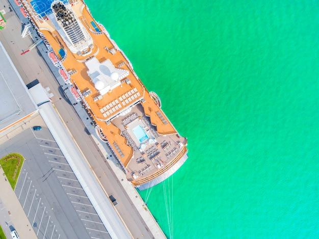 Luftbild kreuzfahrtschiff am hafen. draufsicht des schönen großen weißen liners im yachtclub. Premium Fotos