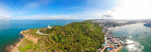 Luftbild, leuchtturm an den küstenabhängen des schiffsverkehrsdienstes sriracha vts Premium Fotos