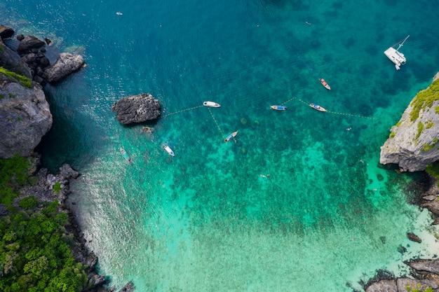 Luftbild phi phi insel hochsaison sommerferien touristen thailändisch und fremd ein langboot mieten Premium Fotos