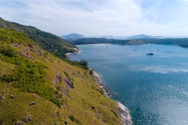 Luftbild-vogelperspektivefoto des tropischen meeres mit trauminsel Premium Fotos