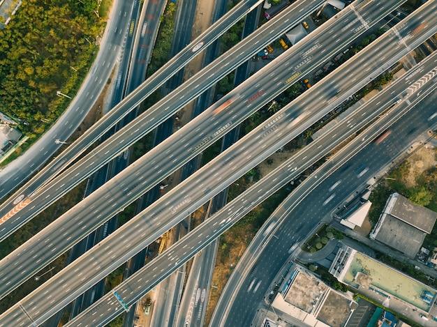 Luftbild von autobahn und überführung in der stadt Premium Fotos