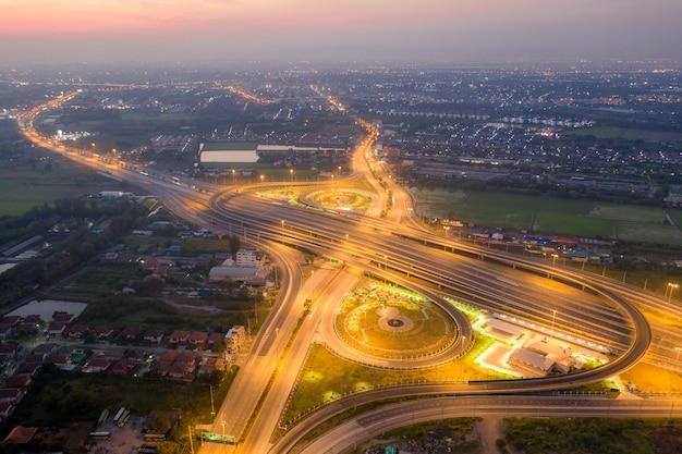 Luftbild von autobahnkreuzungen. Premium Fotos