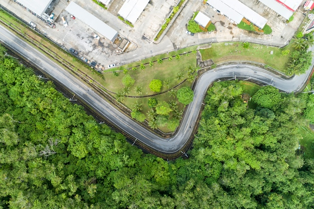 Luftbild von drohne der asphaltstraße kurven Premium Fotos