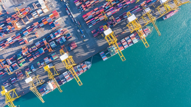 Luftbild von frachtschiff und container Premium Fotos
