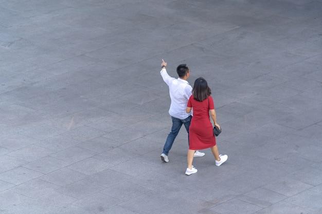 Luftbild von menschen gehen auf dem gehweg vor dem einkaufszentrum in der stadt Premium Fotos