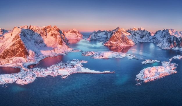 Luftbild von reine und hamnoy bei sonnenaufgang im winter Premium Fotos