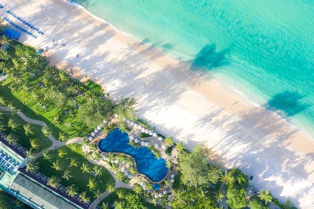Luftbild von schwimmbad mit meer und strand in luxushotel und resort für reisen und urlaub Premium Fotos