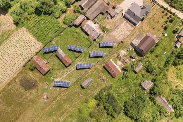 Luftbild von sonnenkollektoren im ländlichen gebiet. Premium Fotos