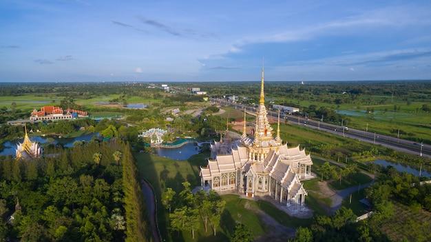Luftbild wat none kum in der provinz thailand nakhon ratchasima. Premium Fotos