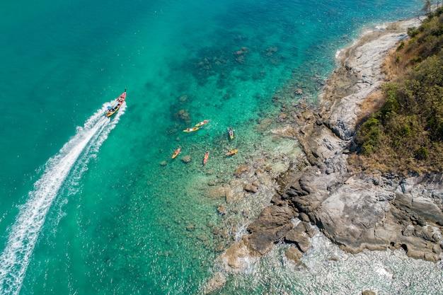 Luftbildgruppe des reisenden, der am strand kayak fährt Premium Fotos