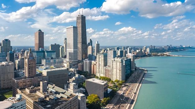 Luftbrummenansicht der chicago-skyline von oben, stadt von im stadtzentrum gelegenen wolkenkratzern chicagos und michigansee-stadtbild, illinois, usa Premium Fotos