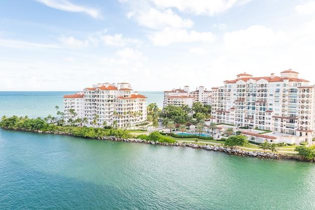 Luftbrummenansicht von wohnungen in fisher island, miami Premium Fotos