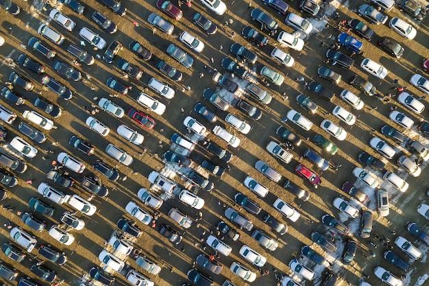 Luftbrummenbild vieler autos parkte auf parkplatz Premium Fotos