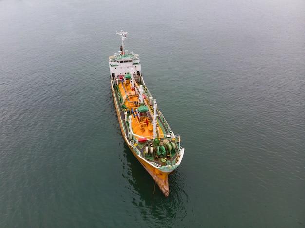Luftdraufsicht der seefracht, rohöltanker lpg ngv am industriegebiet thailand Premium Fotos