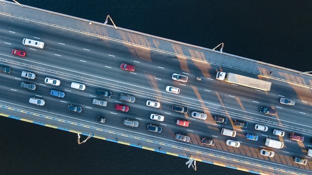 Luftdraufsicht des brückenstraßenautomobilstaus vieler autos von oben, stadttransportkonzept Premium Fotos