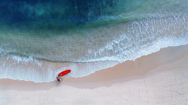 Luftdraufsicht von kayak fahren um meer mit blauem wasser des smaragdwassers und wellenschaum Premium Fotos