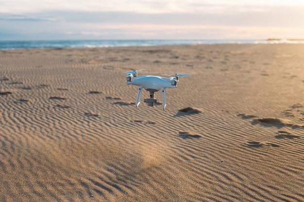 Luftdrohne fliegt tief am boden am strand Kostenlose Fotos
