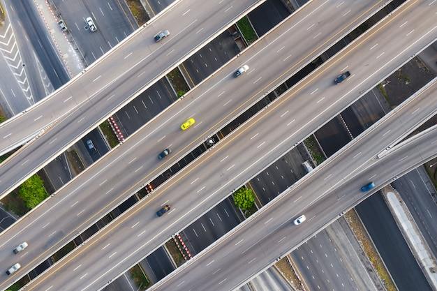 Luftfoto der mehrstufigen erhöhten landstraßenkreuzungslandstraße, die durch moderne stadt in mehrfache richtungen überschreitet Premium Fotos