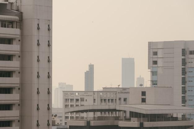 Luftverschmutzungseffekt machte stadtbild mit schlechter sicht mit dunst und nebel aus staub in der luft. Premium Fotos