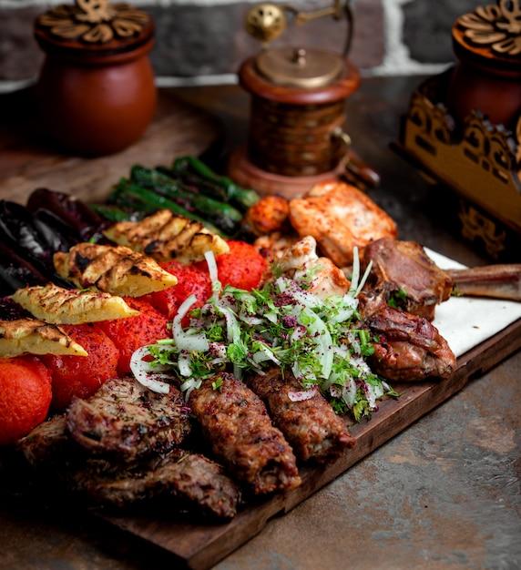 Lule kebab mit gebratenem gemüse Kostenlose Fotos