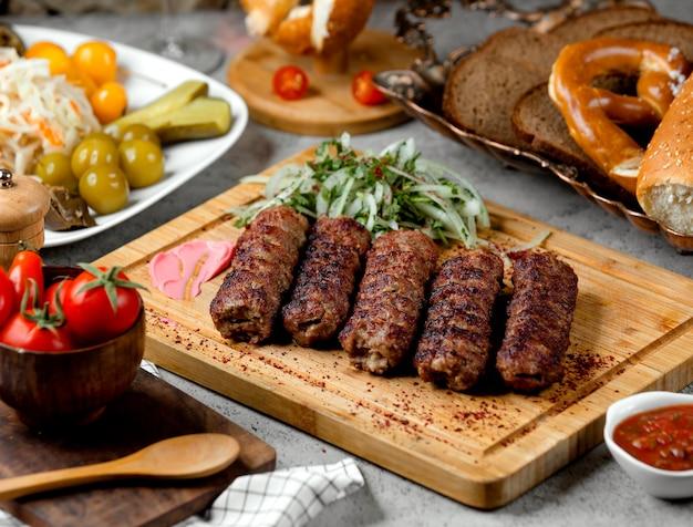 Lule kebab mit zwiebeln und gurken Kostenlose Fotos