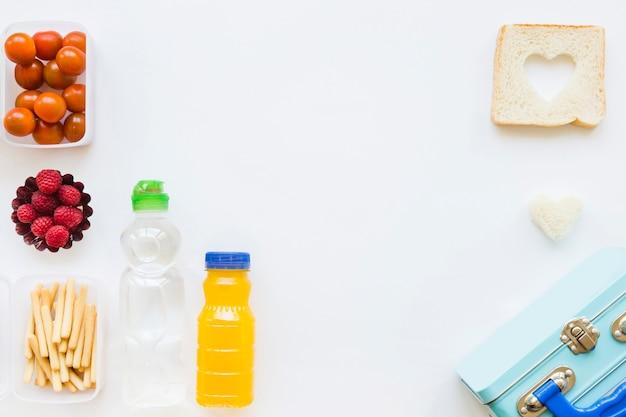 Lunchbox in der nähe von gesunden speisen und getränken Kostenlose Fotos