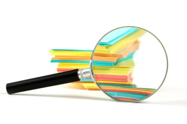 Lupe und ein stapel papier für notizen Premium Fotos