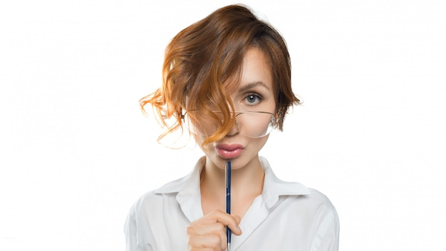 Lustig aussehende lehrerin frau in brillen schaut in die kamera. lehrer. bildungskonzept Premium Fotos