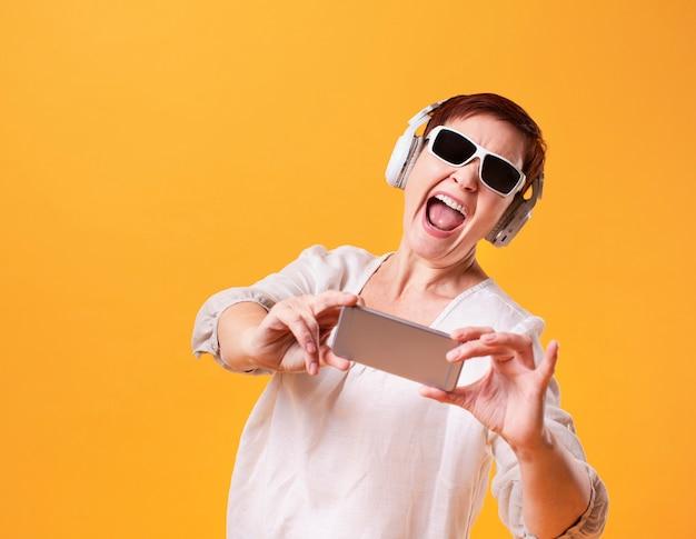 Lustige hippie-frau, die selfies nimmt Kostenlose Fotos