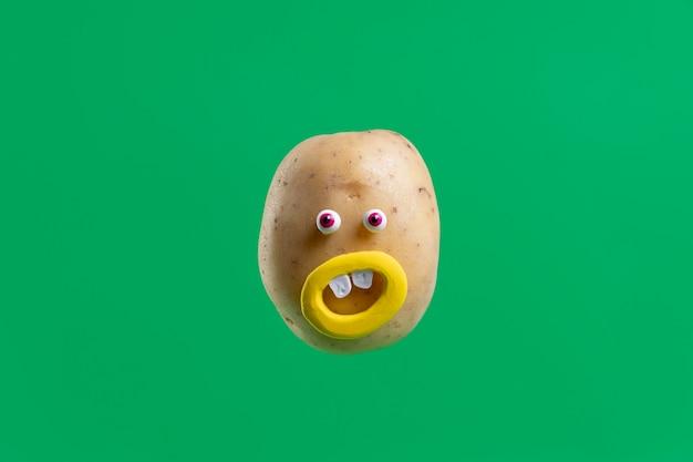 Lustige kartoffel mit gesichtsaufkleber Kostenlose Fotos