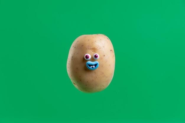 Lustige kartoffel mit gesichtsaufkleber Premium Fotos