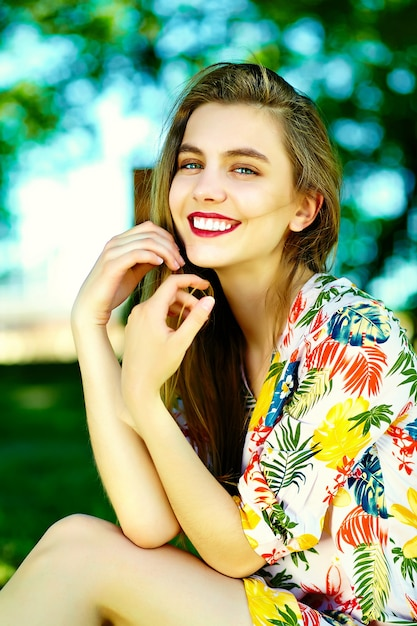 Lustige stilvolle sexy lächelnde schöne junge frau modell