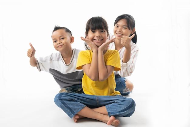 Lustige und nette gruppe asiatische schauende kinder und überraschung Premium Fotos