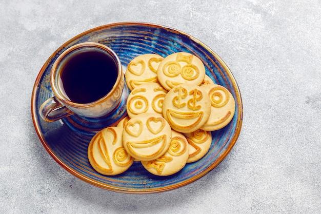Lustige verschiedene gefühlskekse, lächelnde und traurige kekse Kostenlose Fotos