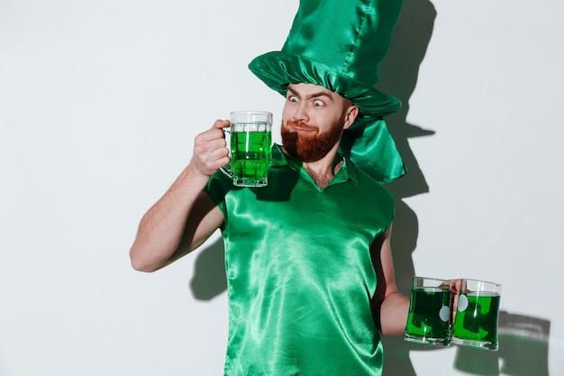 Lustiger bärtiger mann im grünen kostüm Kostenlose Fotos