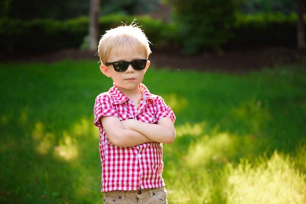 Lustiger kleiner junge in der sonnenbrille. kinderjunge in der sonnenbrille Premium Fotos