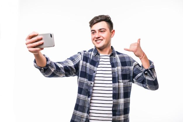 Lustiger mann, der lustige selfies mit seinem handy nimmt Kostenlose Fotos