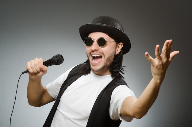 Lustiger mann im karaoke-club Premium Fotos