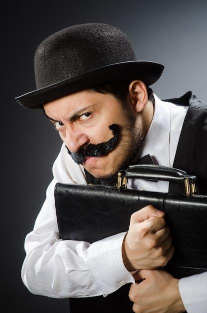 Lustiger mann im weinlesekonzept Premium Fotos