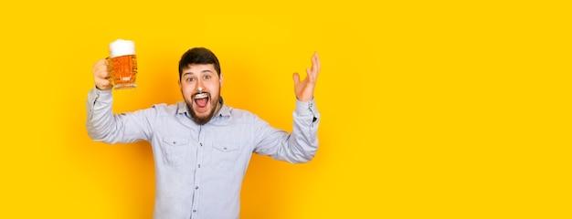 Lustiger mann mit einem glas bier und schaum auf seinem schnurrbart Premium Fotos