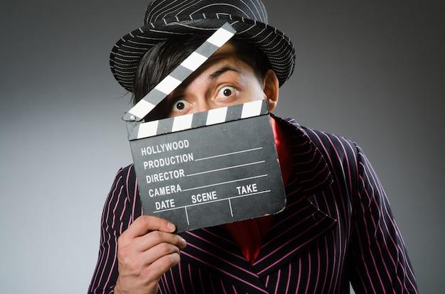 Lustiger mann mit filmbrett Premium Fotos