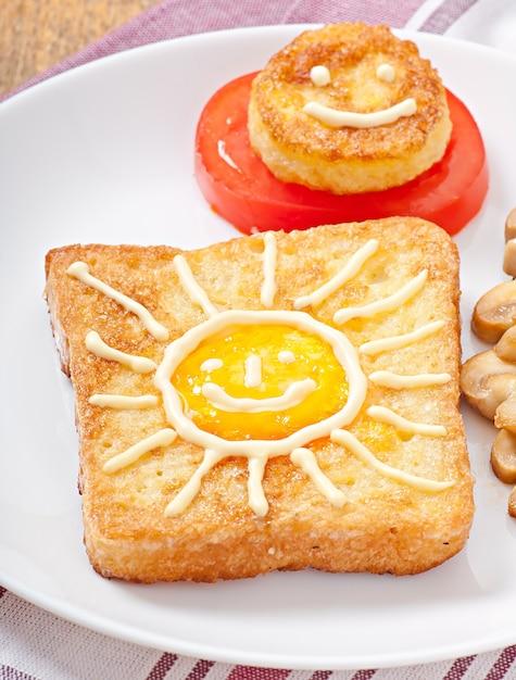 Lustiges eiersandwich verziert mit pilzen und tomaten Kostenlose Fotos