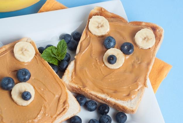 Lustiges essen für kinder. erdnussbuttertoast, ohrenförmig. Premium Fotos