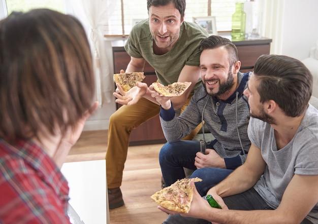 Lustiges gespräch zwischen vier männern Kostenlose Fotos