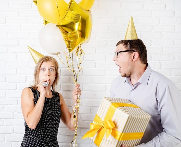 Lustiges paar, das geburtstagsfeier feiert Premium Fotos