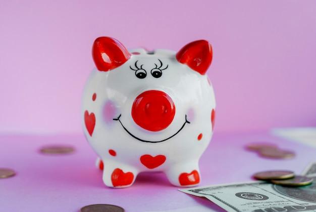 Lustiges sparschwein und auf rosa hintergrund Premium Fotos